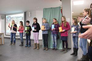 Die Bücherschrank-AG des 5. Jahrgangs sorgt unter Leitung von Frau Hölzchen für ein kurzweiliges Rahmenprogramm.