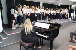 Frau Bredthauer mit ihrem Chor
