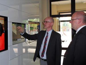 Schulleiter Marcin Celinski stellt Tobias Hunfeld die moderne Informationstechnik seiner Schule vor.