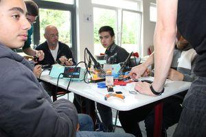 Hassan Haidar und Fawad Ahmadzai (7H1) lernen, wie man eine Platine lötet