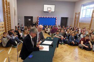 Im Rahmen einer Feierstunde unterschreiben Marcin Celinski und Herwig Dowerk den Partnerschaftvertrag