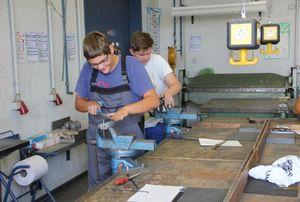 Hauptschülerinnen lernen die Grundlagen des Frisörhandwerk
