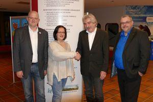 H. Ziegler übergibt an G. Schwarz. André Schöling (r.) und Schulleiter Hunfeld assistieren.