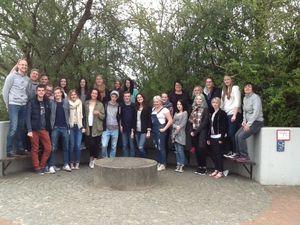 13 Finnen mit ihrer Lehrerin Annu Riekkola (rechts) zu Besuch in unserer KGS