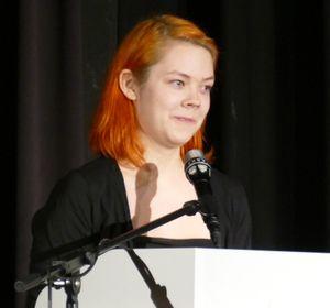 Emma Charlotte bewegt mit ihrer Rede zum Wirken Hunfelds als Schulleiter und Musiklehrer.