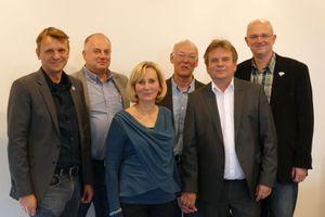 Rainer Dudenbostel und Frau mit Vertretern des Schulträgers und der Schulleitung