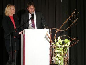 Herr Backs als Schulleiter der BBS und seine Stellvertreterin Frau Poppe bedanken sich für die langjährige Zusammenarbeit im Rahmen des Neustädter Modells.