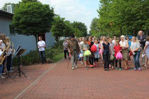 ... angekommen auf dem Schulgelände und begleitet von 200 Sechsklässlern...