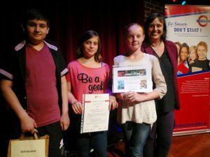 So sehen stolze Gewinner aus (von links) Edison Coli, Sarah-Michelle Voy und Michelle Sommer mit ihrer Klassenlehrerin Frau Hölzchen