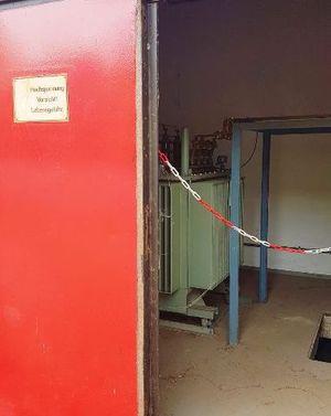 Zum Traforaum haben nur Mitarbeiter der Stadtwerke Zugang. Hier werden 10'000 Volt auf 230 Volt transformiert – sogar für Hausmeister ist dieser Raum tabu.