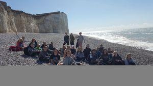 Einige Schülerinnen und Schüler an Eastbourne's coastline