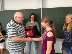Der Neustädter Bürger Herr Wesemann schenkt dem Schulsanitätsdienst eine neuwertige Sanitätertasche