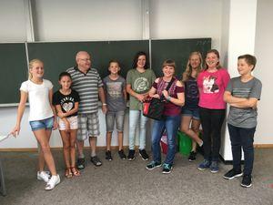 Herr Wesemann im Kreis einiger SSD-Schüler