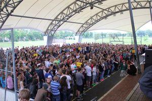 Rund 1500 Schülerinnen und Schüler feiern ihren Schulleiter