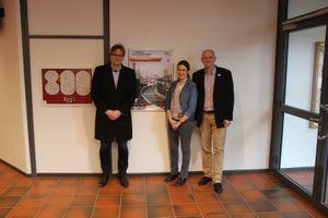 Schulleiter Herr Hunfeld mit Lehrerin Annette Stüber und Herrn Dr. Waibel von der Universität Hamburg